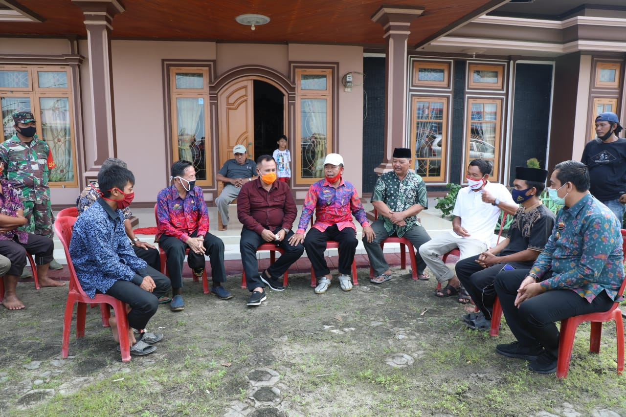 Nanang Ermanto didampigi Kepala Dinas PUPR Syahroni meninjau tanggul yang jebol di Desa Banjar Agung