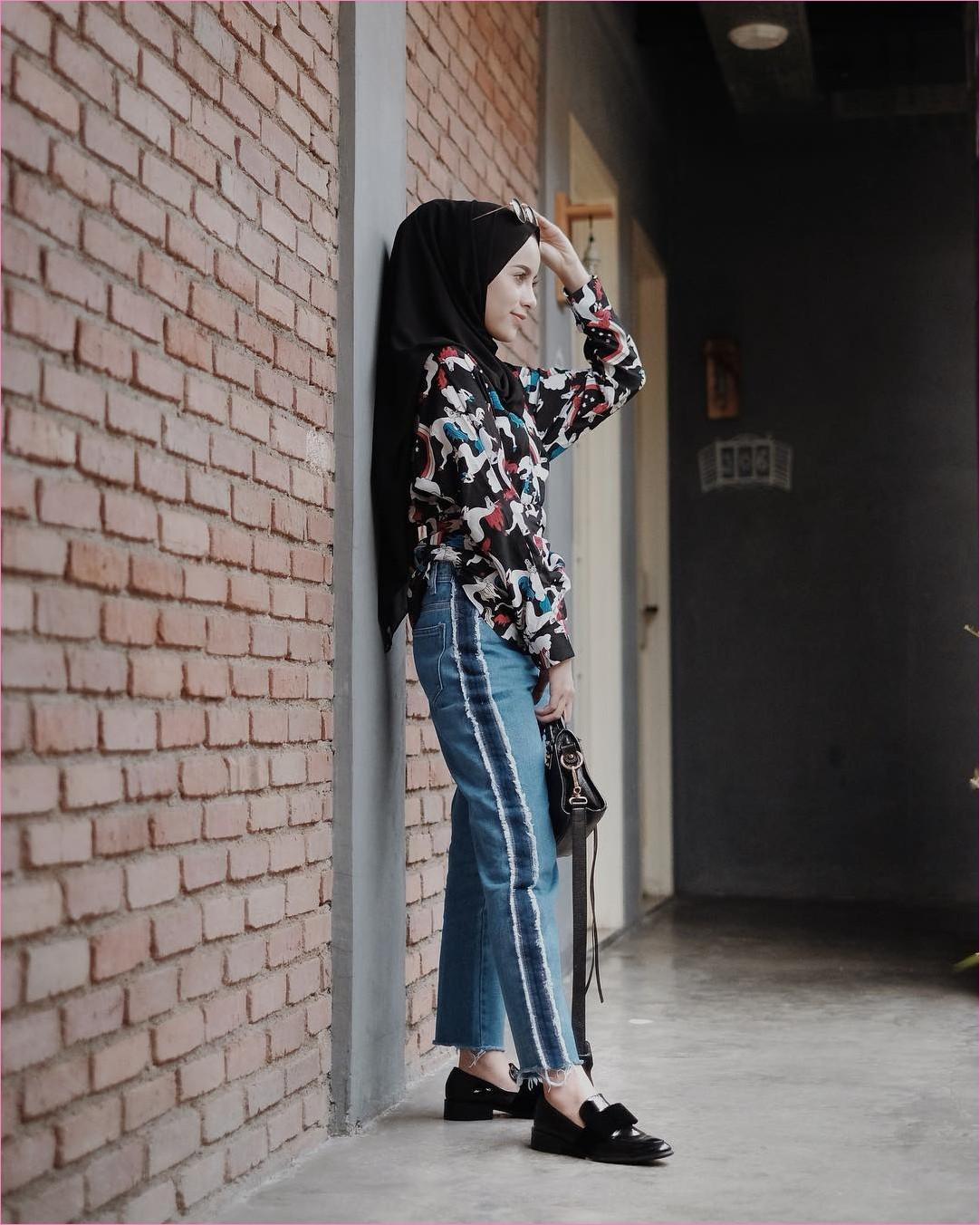 Outfit Kerudung Pashmina Ala Selebgram 2018 hijab pashmina diamond loafers andslip ons hitam top blouse baju kemeja celana jeans denim sobek slingbags kacamata bulat emas ootd trendy kekinian hijabers tembok batu bata