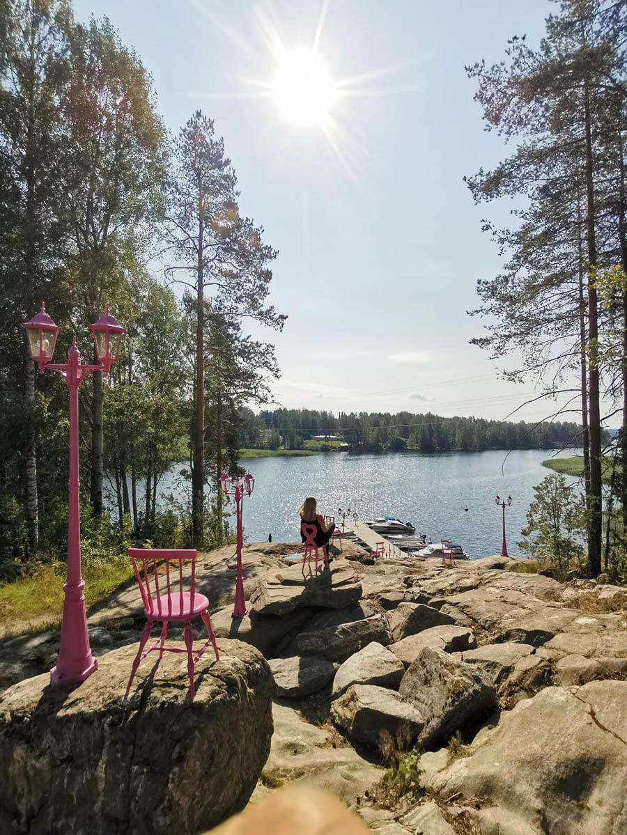 Vaaleanpunaiset tuolit