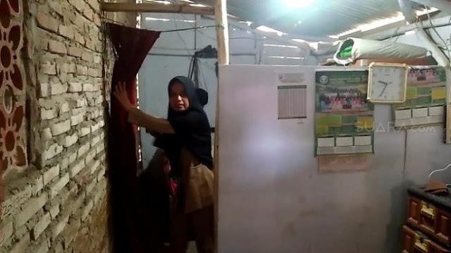 Digaji Rp 350 Ribu, Guru Honorer Nining Sudah 2 Tahun Tinggal di Toilet