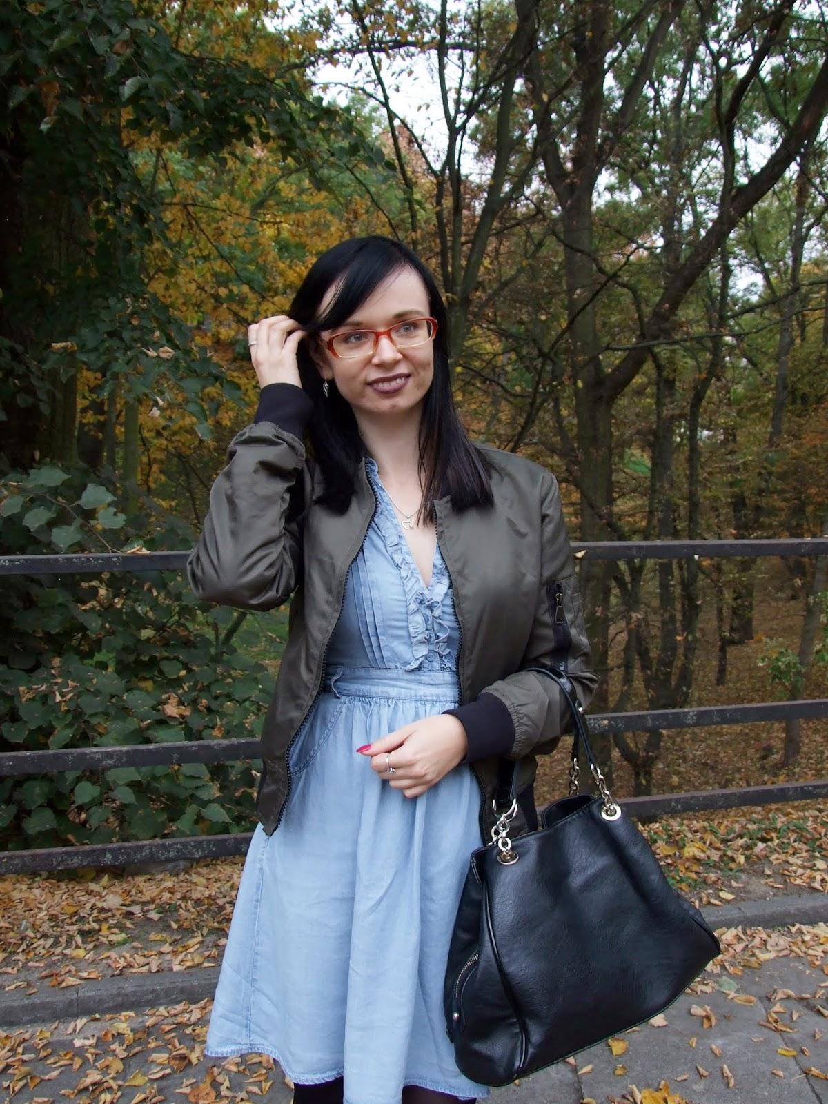 Dżinsowa sukienka i perełka z second handu