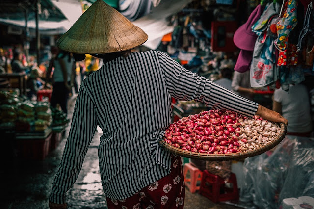 Explore Vietnam culture through 5 most famous old markets in Vietnam 1