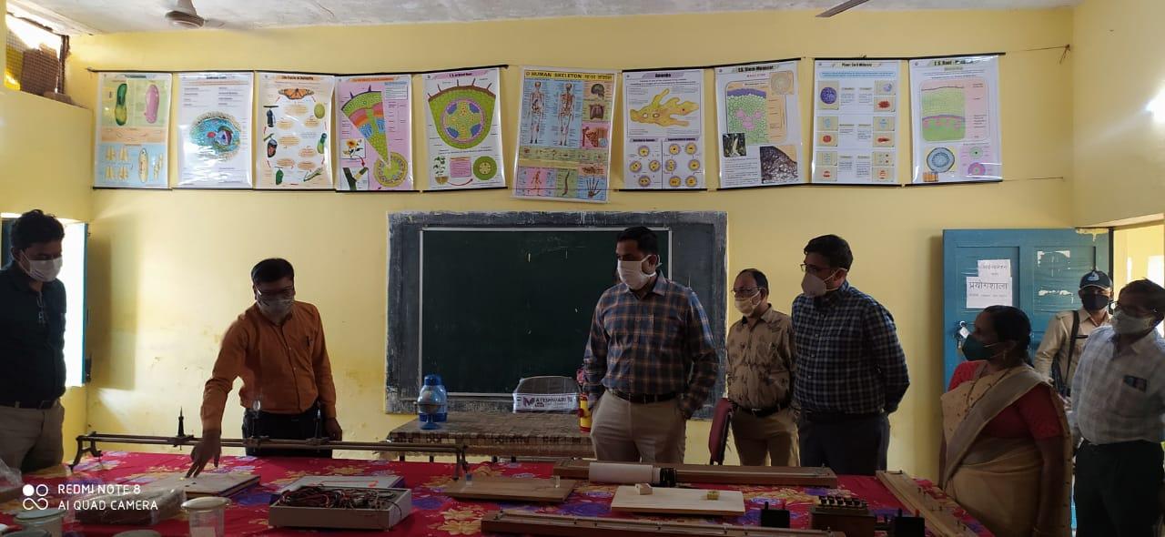 कलेक्टर रोहित सिंह ने पेटलावद क्षेत्र के विभिन्न गांवों का भ्रमण किया
