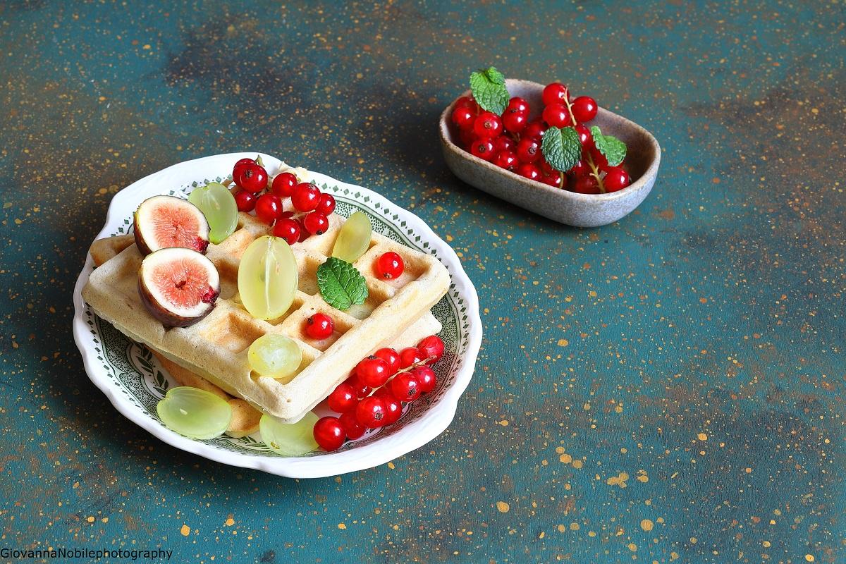 Waffle alla cannella con frutta fresca