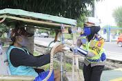 Jumat Berkah, Kasat Lantas Polres Pinrang Bersama Anggota Berbagi pada Warga Sekaligus Beri Himbauan