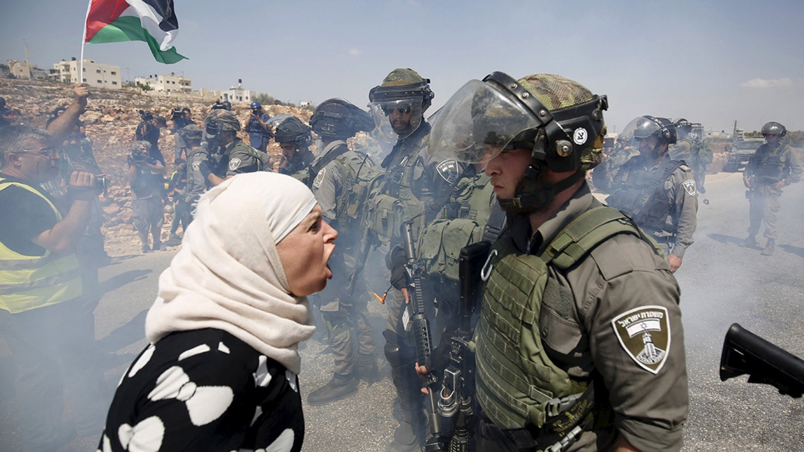 Rumahnya Diserang Gas Air Mata, Seorang Wanita Palestina Alami Keguguran