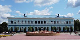Изюм. Ул. Покровская, 34. Бывшая женская гимназия. Поликлиника