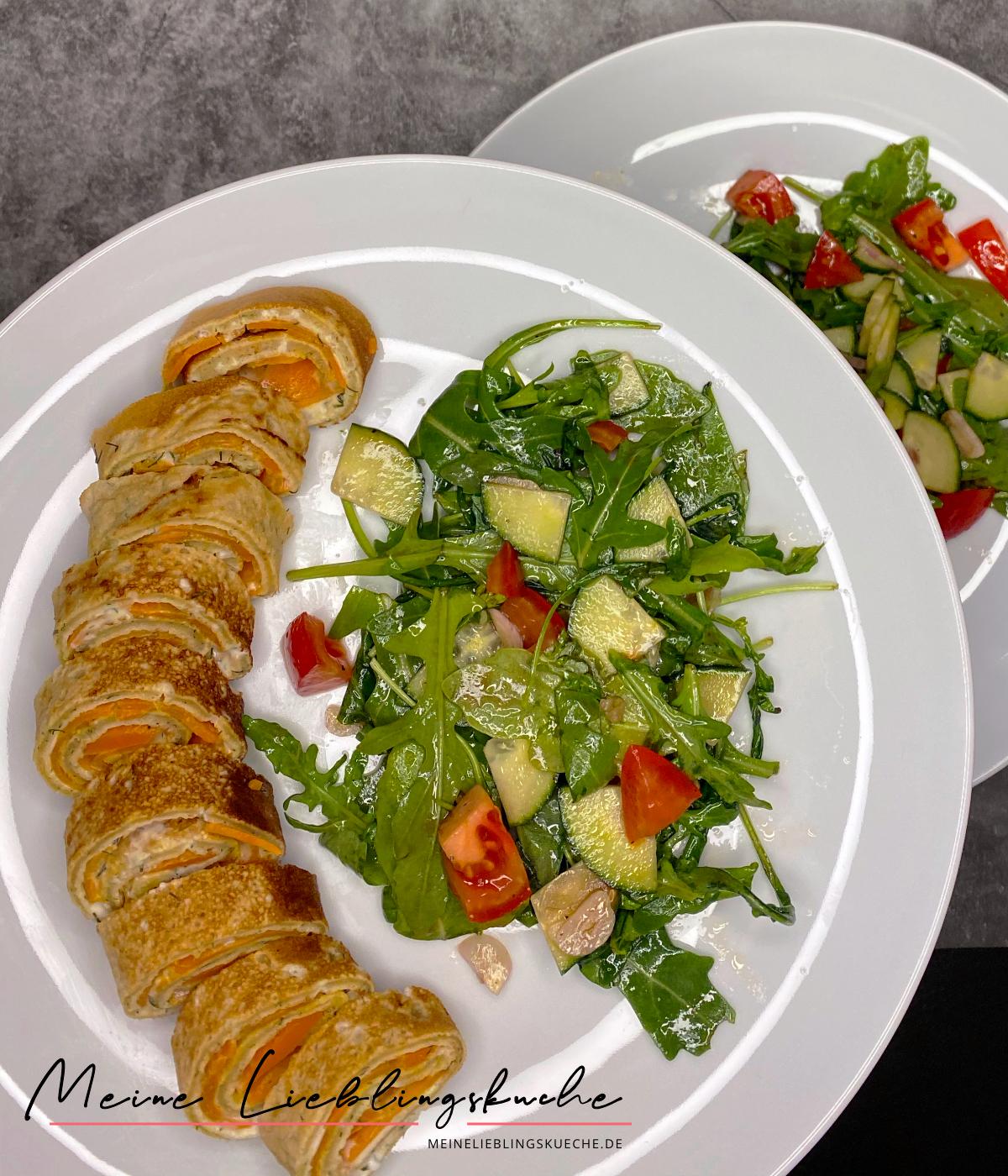 Vegane Pfannkuchen-Röllchen mit Karotten-Lachs und Frischkäse mit Salat