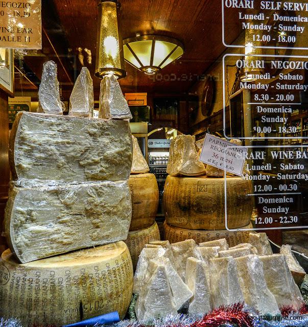 Vitrine de queijos em Bolonha, Itália