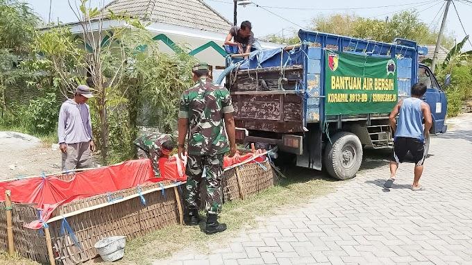 Truk Engkel Koramil Sumberejo Pasok Bantuan Air Bersih ke Dusun Temas.
