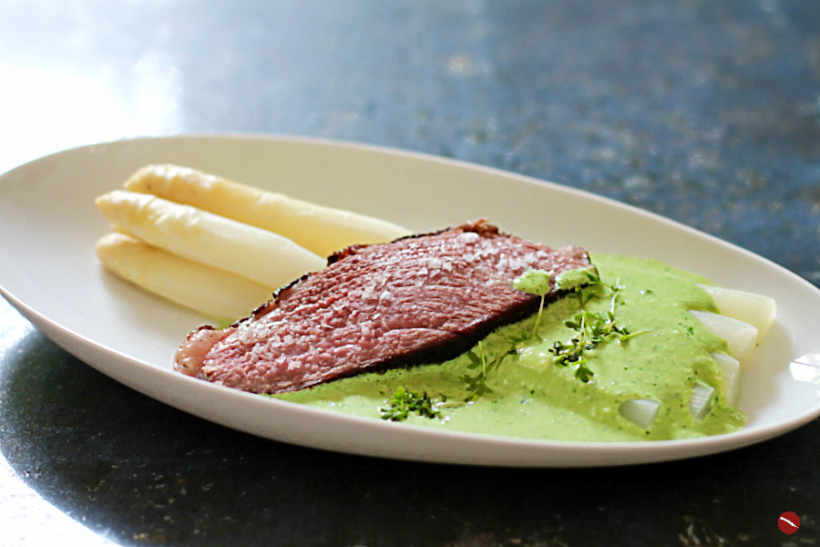 Rezept für perfekte Picanha, der bessere Tafelspitz mit Spargel und Grüner Soße (Grie Soß), nicht nur zu Ostern toll. Hier geht's zur Anleitung und einfachem Nachkochen im Foodblog von Arthurs Tochter aus Rheinhessen #picanha #tafelspitz #grüne #soße #frankfurter #grie #sousvide #rindfleisch #ostern #muttertag #lecker #kochen #einfach #rezept #menü #foodblog #foodphotography #anrichten #foodstyling #weißer #ohne_folie #spargelanbau #saison