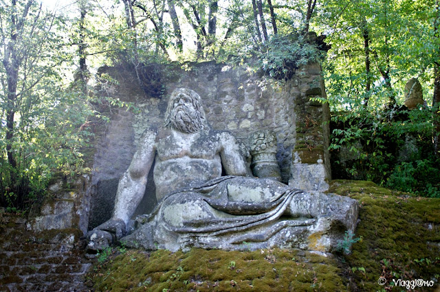 Il Nettuno è una delle statue più grandi nel Parco dei Mostri
