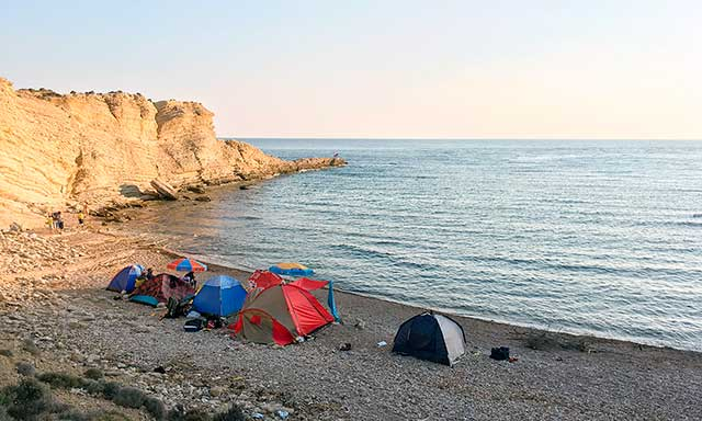 Gökçeada Uğurlu Plajı'nın hemen yanında yer alan Gizli Liman kampçıların gözde yerlerinden