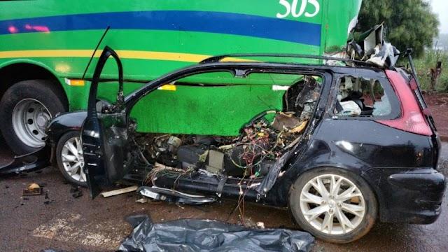 Motorista morre ao bater com automóvel na traseira de ônibus no jardim Tropical