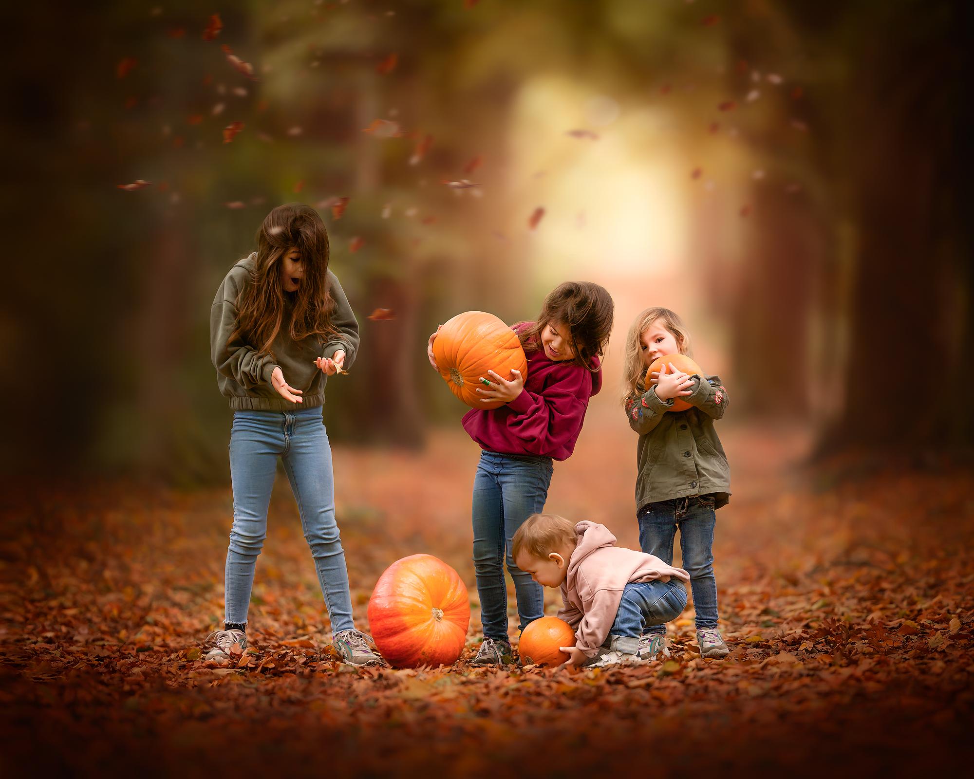 herfst foto van 4 kinderen en een pompoen in het bos door natuurlijk licht fotograaf willie kers uit Apeldoorn