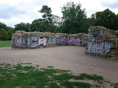Kletterblöcke, übermannshoch aus Imitatstein. Unter einer dicken Schicht Graffitti verborgen.