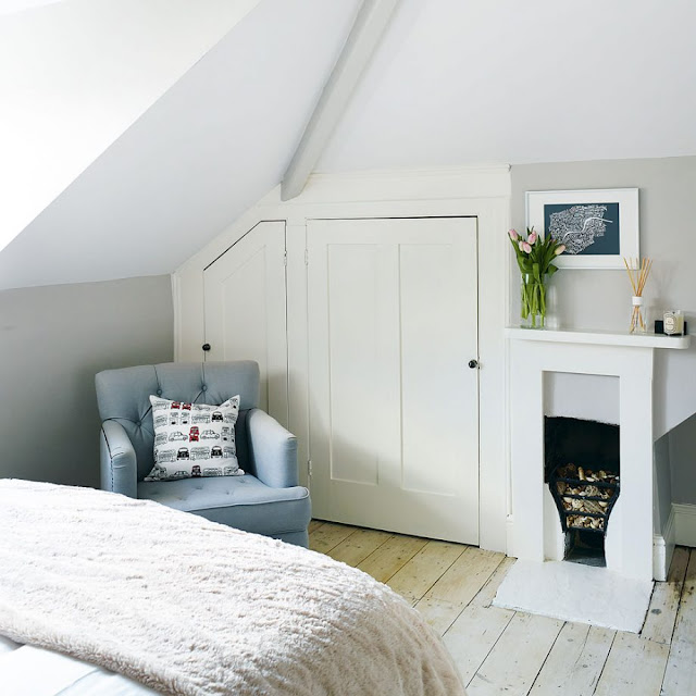 kamar tidur loteng kecil dengan lemari di samping perapian