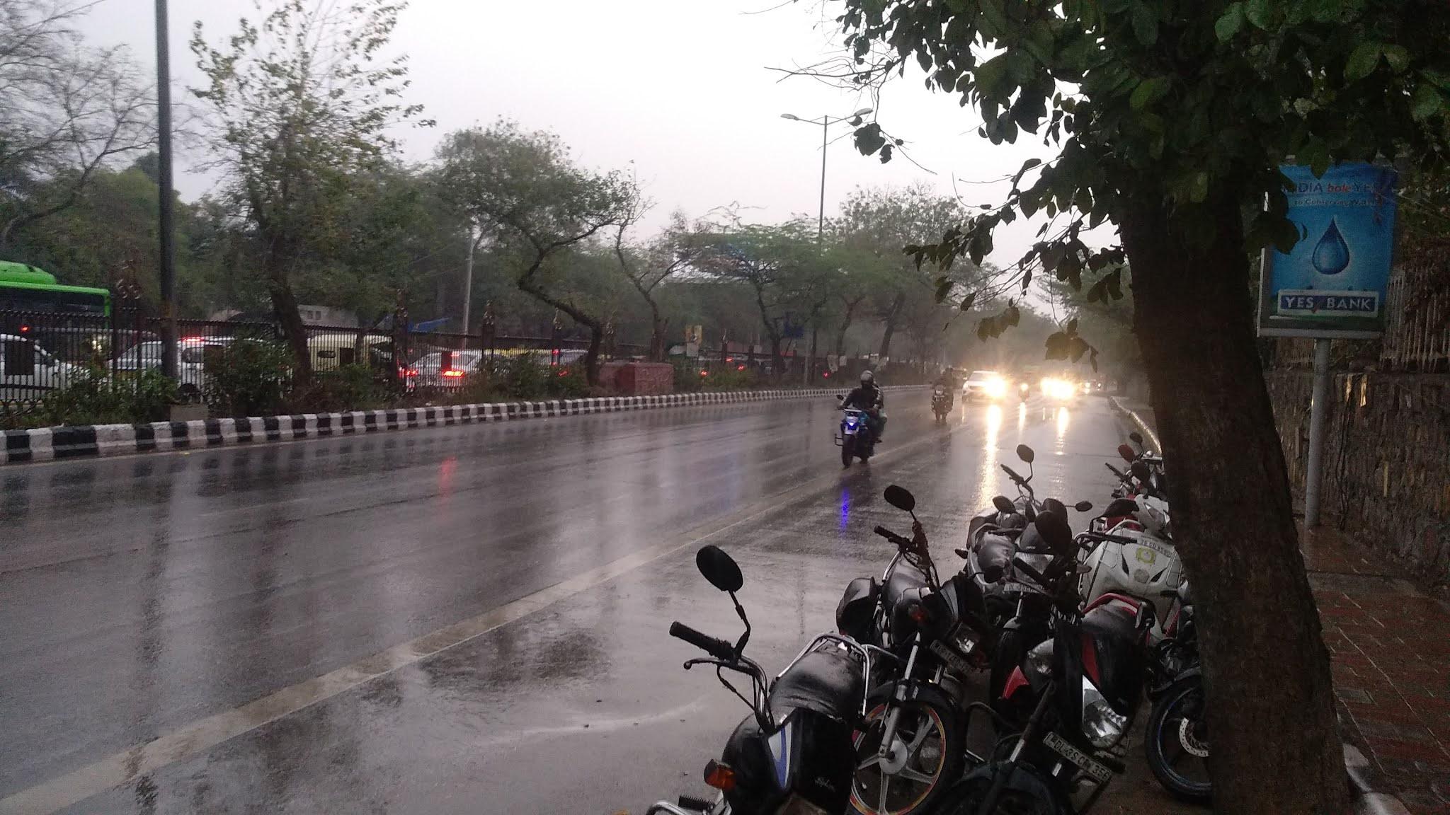 मौसम विभाग की चेतावनी, अगले 2 घंटे में  दिल्ली और आसपास के इलाकों में होगी भारी बारिश