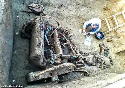 Αρχαιολόγοι αποκαλύπτουν απολιθωμένο ρωμαϊκό άρμα με δύο άλογα στην Κροατία
