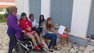 Η Βασιλική μαζί με τις δασκάλες διαβάζουν παραμύθια