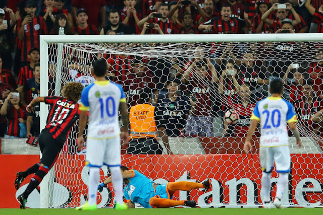Gedoz marcou duas vezes, mas não evitou o empate na Arena (Foto:Heuler Andrey/AFP)