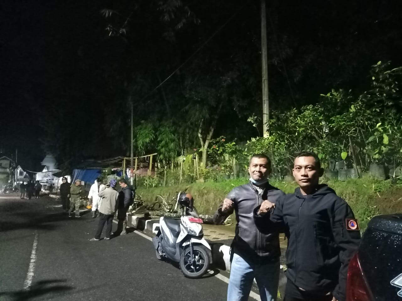 Pohon Tumbang Menimpa Satu Unit Mobil ! Sarojo,Kota Bukittinggi