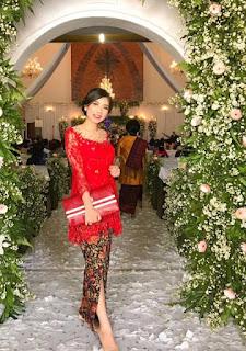 5.  Kebaya brokat batik modern warna merah