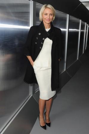 5deb655f70 Cameron Díaz eligió un vestido por debajo de la rodilla de línea lápiz y un  abrigo negro con botones metálicos de Chanel Pre-Fall 2011