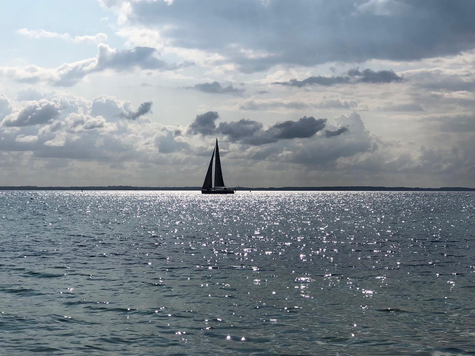 Es blinkt ein einsam' Segel in Dänemark auf dem Fjord. Kegnaes, Dänemark