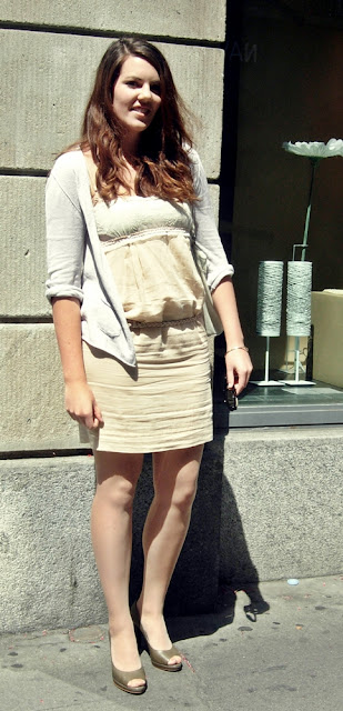 Alltags-Outfit mit Kleid in Nude von Stella McCarnety, Olive Pumps aus den Galleries Lafayette