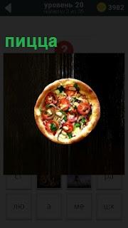 Изображение национального блюда Италии пицца, которая падает с большой высоты на пол