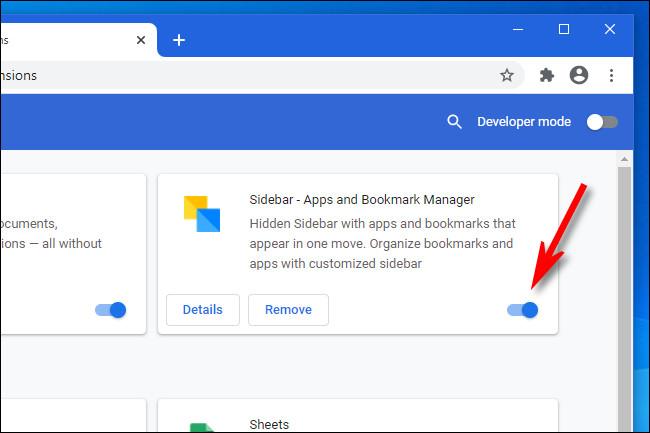 في Google Chrome ، انقر فوق المفتاح لتعطيل أحد الإضافات.