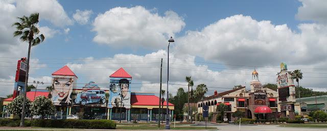 Tiendas de souvenirs, restaurantes y otros comercios en la US 192