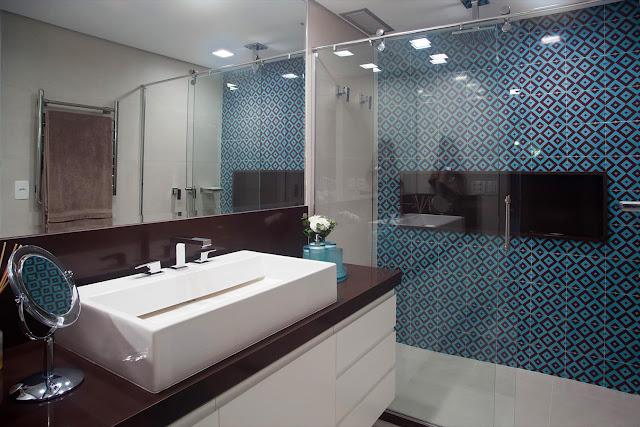 banheiro-com-azulejo-azul