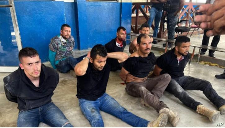 Los sospechosos del asesinato del presidente de Haití, Jovenel Moise, se sientan en el piso esposados después de ser detenido, en la Dirección General de la policía en Port-au-Prince, Haití, el 8 de julio de 2021 / AP