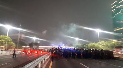 Polisi Tembakkan Gas Air Mata Untuk Bubarkan Kerumunan Mahasiswa di Simpang Susun Semanggi