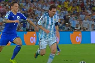 ميسي الأرجنتيني يحاول المرور بالكرة من أحد المدافعين
