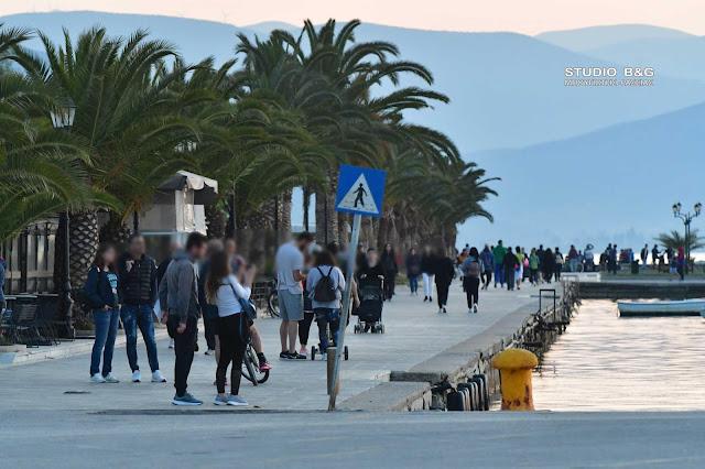 Το ηλιοβασίλεμα τράβηξε τον κόσμο στην παραλία του Ναυπλίου