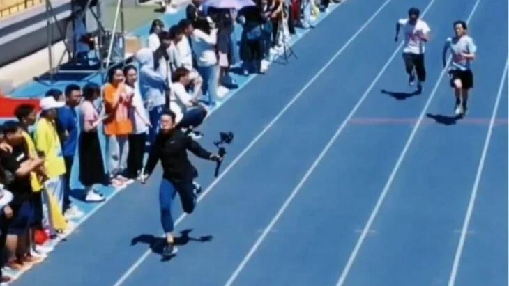 Camarógrafo graba una carrera y les gana a los competidores