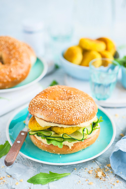 Wegetariańskie burgery z hummusem, cukinią i kotlecikami z kaszy jaglnanej i tofu