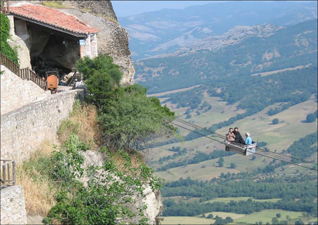 Канатная дорога для монахов к монастырю Метеоры в Греции