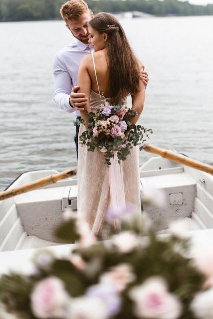 Stylizowana sesja zdjęciowa, Młoda Para w łodzi przystrojonej kwiatami, sesja zdjęciowa, romantyczny rejs, podróż poślubna, sesja ślubna, małżeństwo, talk about love, suknia ślubna, bukiet ślubny
