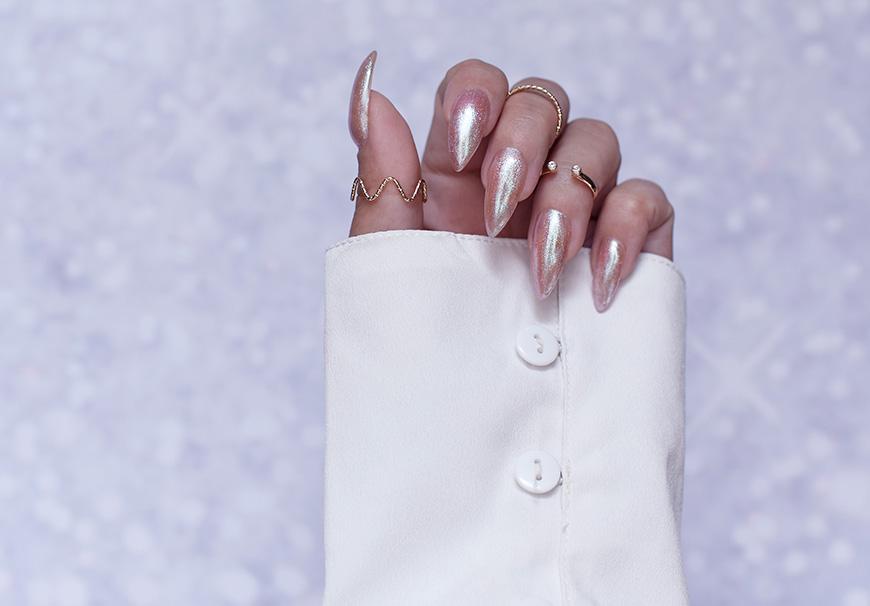 537839436a25ae Całkiem niedawno marka Eveline Cosmetics wypuściła nową serię Holo, a w  niej, oprócz błyszczyków, znalazły się też lakiery do paznokci.