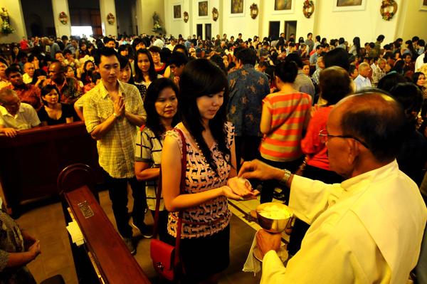 Perayaan Misa Natal di Bandung Lancar