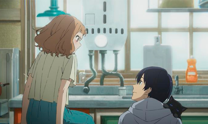 Imagem da cena de uma animação japonesa mostrando uma garota de cabelos claros, levemente ruivos, na altura do ombro e bem volumosos, de costas para a câmera. Ela está sentada em algo fora do campo de visão, olhando para baixo onde está um rapaz de cabelos pretos e lisos, branco. Ele está olhando para ela e ambos estão na frente da bancada de uma cozinha dentro de uma casa.