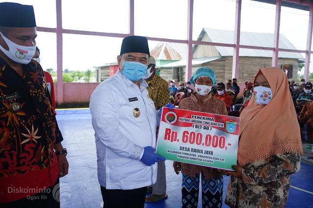 "Ogan Ilir - www.majalahglobal.com : Bupati Ogan Ilir H.M. Ilyas Panji Alam, S.E., S.H., M.M., didampingi Kepala OPD Pemkab. OI menyerahkan secara langsung BLT kepada masyarakat yang telah terdata di Desa Pipa Putih dan Rawa Jaya Kec. Pemulutan, serta mininjau dan memberi bantuan warga yang terkena musibah rumah roboh, yakni Siti Binti Swan Ds. 2 RT. 03 Desa Sungai Lebung Ulu, dan Subroto Dusun I Desa Kapuk Kec. Pemulutan Selatan. Jum'at (05/06/2020).  Bupati OI menyampaikan kepada semua penerima BLT yang telah terdata semoga dapat dimanfaatkan untuk mencukupi kebutuhan sehari-hari ditengah wabah pandemi covid-19.  Bupati OI juga menyampaikan rasa turut prihatin atas musibah rumah roboh yang menimpa keluarga Ibu Siti di Desa Sungai Lebung, dan Bapak Subroto di Desa Sungai Lebung Ulu Kec. Pemulutan.  ""Semoga bantuan yang telah diberikan dapat mengurangi beban keluarga. Teruntuk Kepala Desa terkait agar mengajak masyarakat sekitar untuk bergotong-royong dalam membangun kembali rumah warga yang mengalami musibah rumah roboh menggunakan dana bantuan yang telah diberi, tapi tetap mengedepankan protokol kesehatan Covid-19."" ujarnya.  Diakhir kunjungan Bupati OI selalu menghimbau masyarakat untuk selalu menaati Protokol Kesehatan Covid-19 dari Pemerintah untuk keamanan dan kesehatan bersama. (Tri Sutrisno/Adv)"