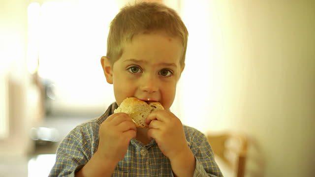 Мальчик доедал обеды за одноклассниками. И тут на родительском собрании началось обсуждение…