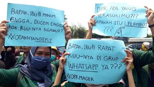 Poster Sindiran Mahasiswa yang Demo: DPR, Apa yang Merasukimu ...