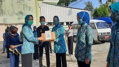 Riana Arinal Distribusikan Paket Sembako dan Ribuan Masker