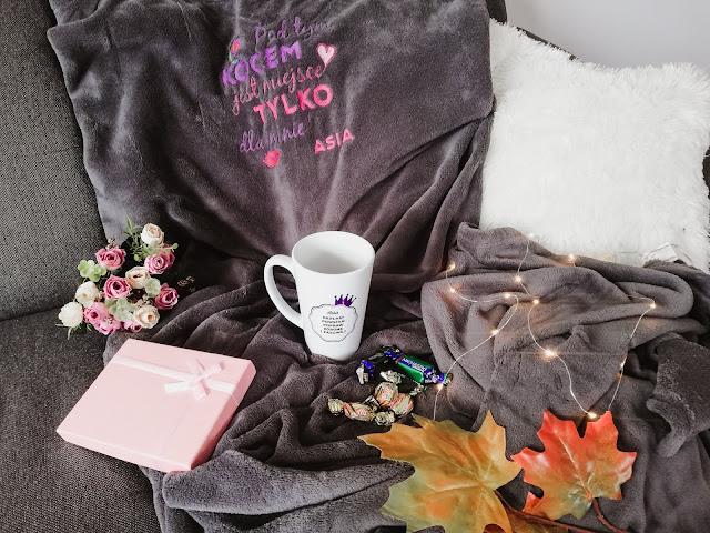 Najlepsze pomysły na prezent z okazji 30 urodzin dla kobiety. | Personalizowany koc z haftem | Personalizowany kubek dla królowej | MyGiftDna